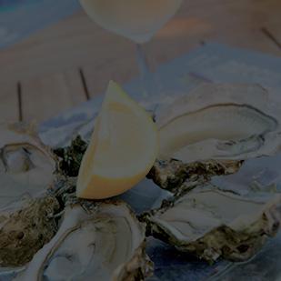 Manger des huîtres les pieds dans l'eau